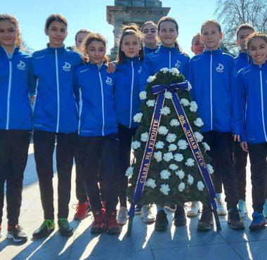 Венци и цветя пред Паметника на Свободата в центъра на Русе поднесоха момичетата